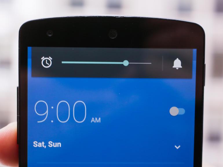 برای تغییر صدای آلارم در نسخه های قبلی اندروید، نیاز بود که شما به تنظیمات و به بخش صدا و اطلاعیه ها رفته و نوار تغییر صدا را تغییر دهید. در حالی که این فرایند زیاد هم دشوار نبود، اما با این حال دو مرحله برای آن زیاد به نظر می رسید. گوگل نیز ظاهراً با این نظر موافق بود و در اندروید 5.1، این فرایند را بسیار ساده تر ساخت. تمامِ کاری که شما باید انجام دهید این است که به برنامه ساعت (Clock app) رفته و دکمه صدا را فشار دهید.