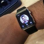 در هر دو رنگ، اپل واچ ادیشن با یک نشانه در دو قسمت از ساعت می آید، هم پشت ساعت و هم گیره آن. تاج (همان پیچ کنار ساعت) و قابِ دور ساعت و پشت آن نیز از طلا کار شده است، همچنین رنگ تاج نیز به رنگِ بندِ ساعتی که خریداری کرده اید بستگی دارد