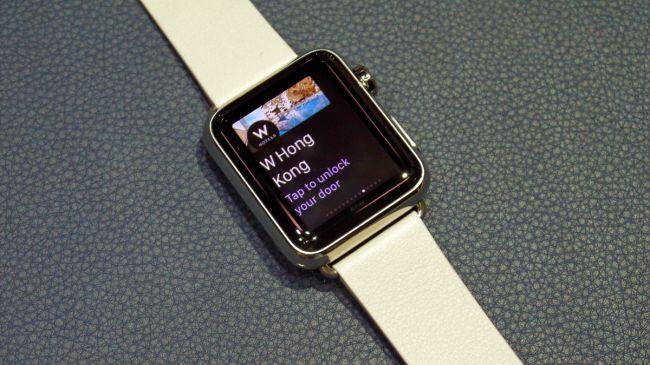 اپل واچ دارای 8 گیگابایت حافظه داخلی است که در میزان ذخیره عکس ها و آهنگ هایی که مستقیماً می تواند روی ساعت هوشمند ذخیره شود، محدودیت ایجاد می کند اما با این حال نیز از دو برابرِ ساعت های اندروید ور 4 گیگابایتی است. در هر صورت، اکثر محتویات نیز از آیفون استریم می شود.