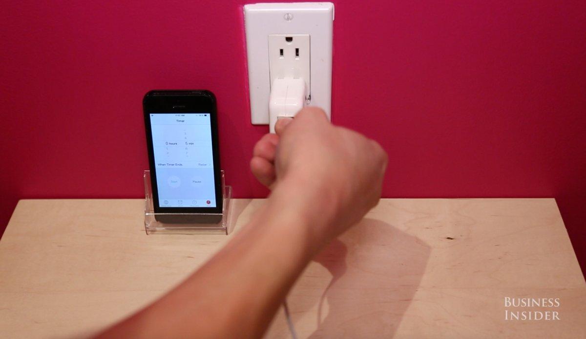 همچنین از یک شارژرِ آیپد به جایِ شارژری که برای آیفونتان است استفاده کنید.