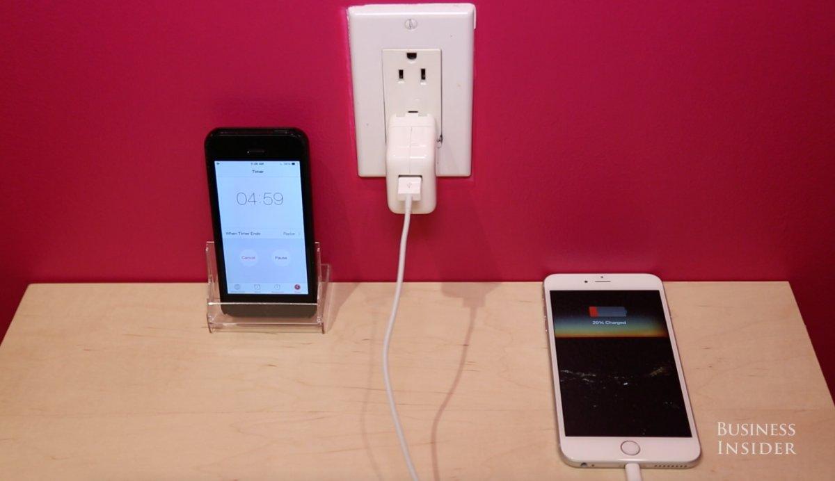 در انتها در هنگام شارژ، به آیفون خود کاری نداشته باشید. هنگامی که صفحه نمایش روشن باشد، باتریِ بیشتری مصرف می کند.