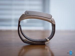 صادقانه بگویم، به نظر می رسد بیشتر شبیه به یک قطعه جواهر است تا یک دست بند تناسب اندام - نسخه طلایی هواوی تاک بند B2 بسیار شیک می باشد. در تکمیل دیدگاه، مزایای بند چرمی قابل تنظیم، که اجازه می دهد تا بصورتی پایدار و محکم زمانی که آن را پوشیده ایم بر روی مچ دست مان بماند. مطمئنا، به نظر می رسد از برخی دیگر از ردیاب های تناسب اندام پوشیدنی قابل مقایسه، بسیار ضخیم تر بوده اما قطعا پیچیدگی بالاتری در این یکی وجود دارد. خوب، اگر دید زرق و برق دار نسخه طلایی مورد علاقه شما نیست، رنگ مشکی و سفید آن نیز برای سلایق معمولی وجود دارد.