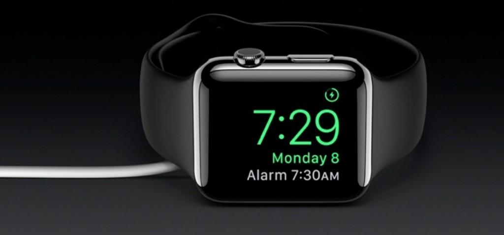 اگر ساعت را در شب هنگام روی میز کنار تخت خوابتان قرار دهید، صفحه نمایشگر هم مطابق با وضعیت قرار گرفتن ساعت می چرخد و تغییر می کند. این ساعت از قابلیت تنظیم هشدار هم برخوردار است.