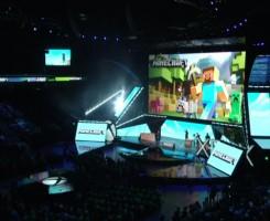 مایکروسافت هولولنز در اواخر ژانویه معرفی شد و ما در حال دریافت اطلاعات درباره ی اینکه چگونه بعنوان یک ابزار بازی از آن استفاده کنیم هستیم. در جلسه ی توجیهی Xbox E3 مایکروسافت یک نسخه ی نمایشی از نسخه ی جدید Minecraftکه بطور ویژه برای هولولنز ساخته شده را ارائه کرد.