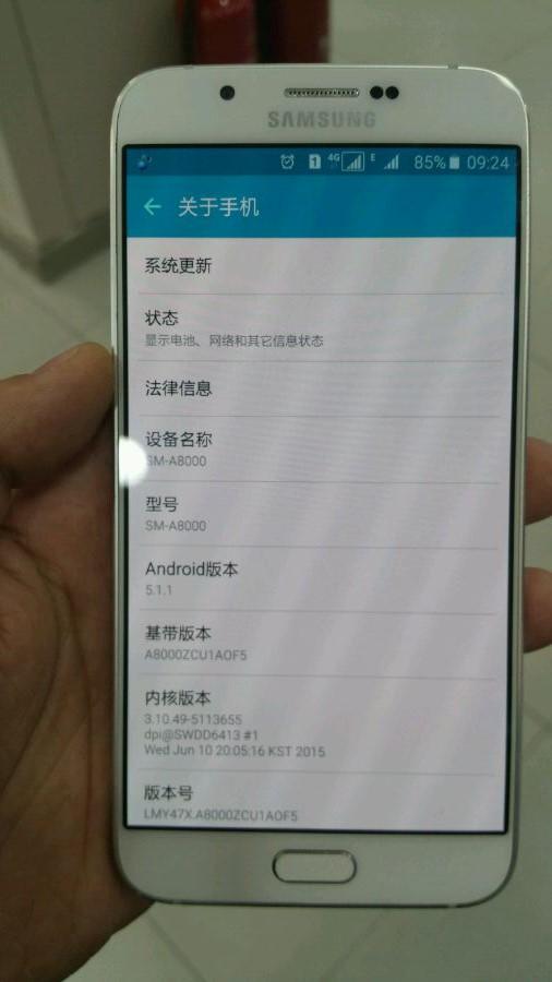 به هر حال تا کنون معلوم شده است که ابعاد سامسونگ گلکسی A8 76.8 * 158 میلی متر است، قطر آن 5.94 میلی متر و وزن آن 142 گرم خواهد بود- حتی گلکسی S6 هم با قطر 6.9 میلی متر در برارش ضخیم به نظر می رسد. به این ترتیب سامسونگ گلکسی A8 باریک ترین گوشی هوشمند تولید کننده کره جنوبی خواهد بود. اندروید لالی پاپ 5.1.1 و یک مُدول LTE هم مطمئنا در این دستگاه قرار خواهند گرفت. اکنون تنها این سوال باقی می ماند که سامسونگ کی از این دستگاه رونمایی می کند، که البته برای این سوال هنوز پاسخی ارائه نشده است. با این حال می توان انتظار داشت که این موضوع دیگر خیلی طول نمی کشد.