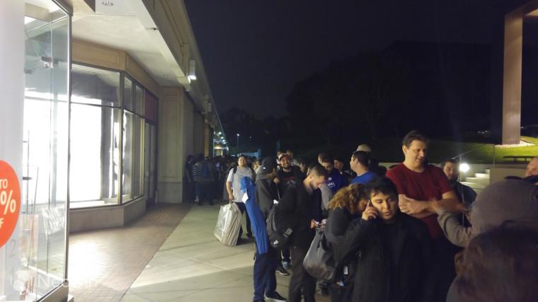 با وجود اینکه مایکروسافت تا ساعت 10 شب به طور رسمی این پروسه را آغاز نکرد، تعداد زیادی از هواداران مشتاق از اوایل بعد از ظهر در فروشگاه مایکروسافت حضور یافتند.