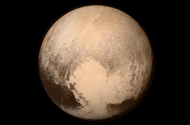 چندی است که خبرهای بسیار هیجان انگیزی از ناسا به گوشمان می رسد. کاوشگر افق های جدید (New Horizons) ناسا که چند روز پیش در ادامه سفر خود، به پلوتون رسیده و قصد عبور از آن را داشت، عکس ها و ویدیوهایی خیره کننده را برایمان ارسال و کمی از حس ماجراجویانه بشر در رابطه با فضای خارج از جو زمین را ارضا کرد.