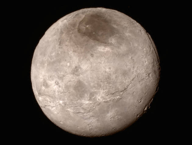 علاوه بر این سیاره دور افتاده منظومه شمسی، کاوشگر نیو هورایزنز توانسته است که عکس های بهتری را نیز از قمرهای این سیاره و علی الخصوص شارون (Charon، بزرگترین قمر پلوتون در بین 5 قمر آن، عکس بالا) تهیه کند. با کمی دقت می توانید قسمت سیاهی را در نزدیک قطب شمال این قمر مشاهده کنید که تیم مذکور لقب غیر رسمی موردور (Mordor) را به آن داده اند. آن ها همچنین به دره ای عمیق اشاره کرده و اضافه کردند که عمق این دره 4 تا 6 مایل (حدودا 6 تا 9 کیلومتر) می باشد.
