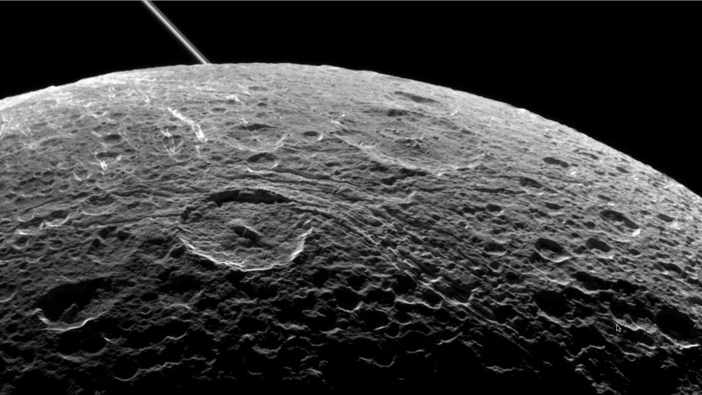 امروز ناسا یک تصویر جدید از دیون، یکی از قمرهای زحل منتشرکرد. این عکس توسط فضاپیمای مسئول عکس که با تغییر جهت دادن از جایگاه خود در حول آن قمر قرار گرفت، ثبت شده است. نوری که از این عکس نمایان است، نشان دهندهی وجود چاله ها و صخره های یخی در سطح این قمر می باشد.