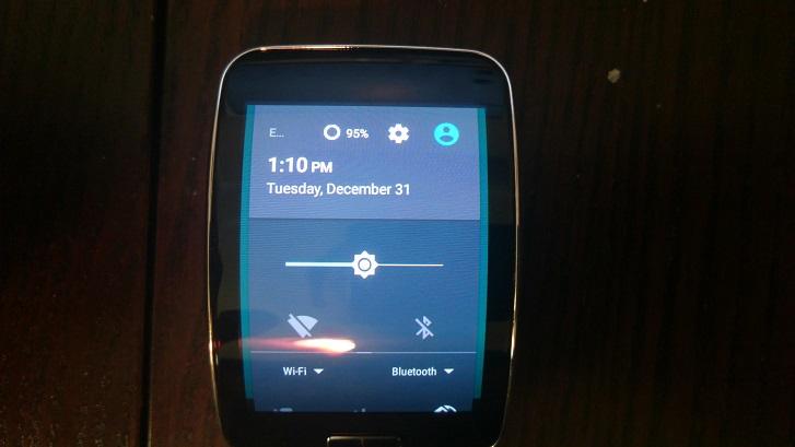 همانطور که شما می توانید در تصاویر زیر ببینید، دستگاه در حال اجرای اندروید 5.1.1 لالی پاپ روی صفحه نمایش زیبای منحنی Super AMOLED می باشد. اگر شما به فکر نصب آن بر روی Gear S خود هستید، بدانید که در حال حاضر تنها در انواع قفل نشده GSM امکان پذیر است.