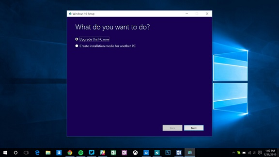 """ابزار را اجرا کرده و گزینه """"upgrade your PC"""" را انتخاب نمایید، سپس ویندوز 10 شروع به دانلود کرده و وقتی که آماده شد، شما با 3 گزینه مواجه خواهید بود: نگه داشتن فایل ها و برنامه های شخصی (keep personal files and apps)، فقط نگه داری فایل های شخصی (keep personal files only) و هیچ چیز (nothing). گزینه اول (نگه داشتن فایل ها و برنامه های شخصی) را انتخاب نمایید تا مطمئن شوید که کامپیوتر شما ارتقا پیدا کرده و داده ها و برنامه های شما نیز حفظ شده اند."""