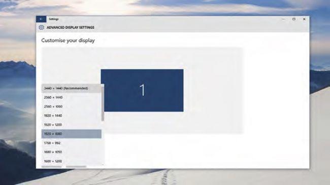 """1. رزولوشن صفحه نمایشتان را تنظیم کنید    برای کمک به افزایش بهره وری مطمین شوید که صفحه نمایش شما بالاترین رزولوشن را اجرا می کند، در این حالت شما متن ها و تصاویر را واضح تر و راحت تر مشاهده خواهید کرد. برای اینکه به رزولوشن صفحه خود پی ببرید بر روی فضای خالی دسکتاپ خود راست کلیک کرده و گزینه """"تنظیمات صفحه نمایش"""" (Display Settings) را انتخاب نمایید. حال در سمت راست پنجره می توانید گزینه """"تنظیمات پیشرفته صفحه نمایش"""" (Advanced Display Settings) را بیابید. حال شما می توانید از طریق منوی بازشویی (درلپ داون) که در این پنجره مشاهده خواهید کرد بالاترین رزولوشن را انتخاب نمایید."""