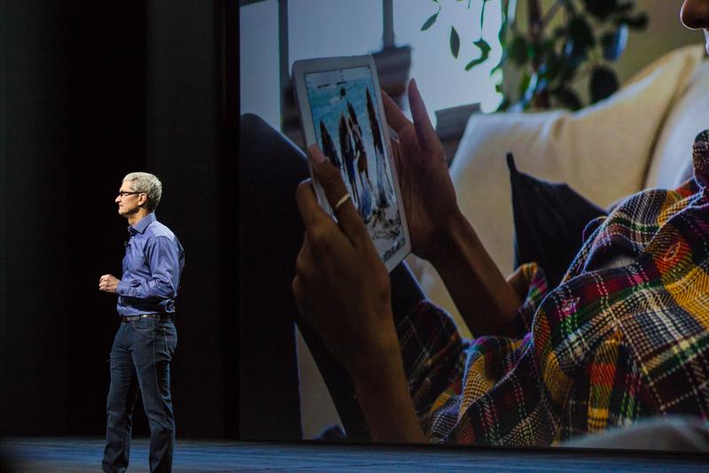 """ساعت 9:45 : کوک به روی سن بازگشت. نوبت به آیپد رسید. """"آیپد روشن ترین حالت بیان ما برای اینکه آینده کامپیوتر های شخصی به کجا خواهد رسید، است. یک دستگاه چند لمسی ساده که به شما امکان تبدیل به هرچه که می خواهید را می دهد."""""""