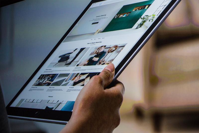 """ساعت 9:50 : فیل شیلر نایب رییس بازاریابی جهانی اپل به روی سن آمد. او در سال 1997 زمانی که استیو جابز دوباره رهبری اپل را به عهده گرفته بود، به شرکت ملحق شد که این امر او را به با سابقه ترین مدیران اپل تبدیل می کند.  شیلر: """"من بسیار هیجان زده ایم تا بخواهم به شما درباره این آیپد پرو جدید بگویم، این واقعا صفحه نمایش بزرگی دارد."""" """"این دستگاه قدرت مند ترین و کاراترین دستگاه در بین تمامی دستگاه های iOS ایست."""""""