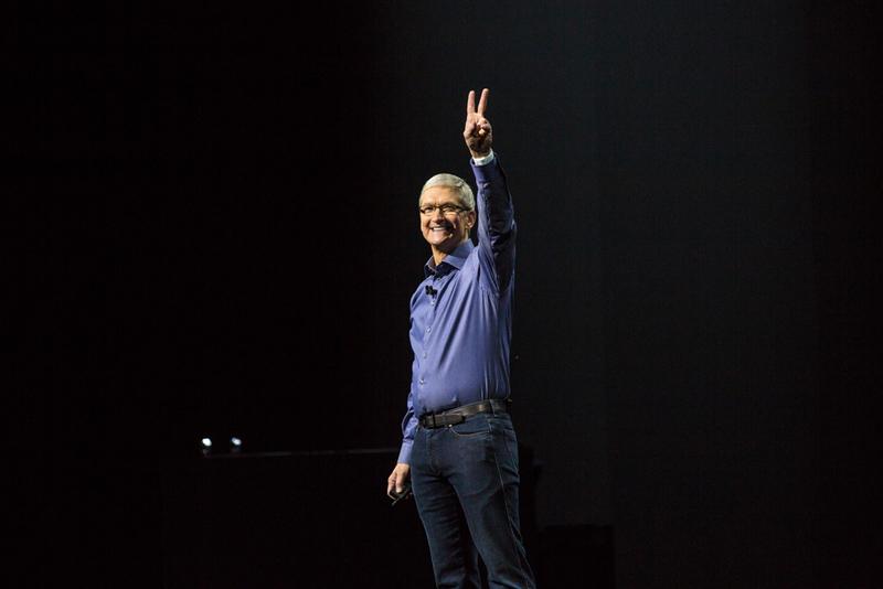 """ساعت 9:30 : تیم کوک روی صحنه رفت، """"مرسی مرسی و صبح بخیر"""". کوک به حضار خوش آمد گفت. نزدیک به یک سوم از حضار و یا بیشتر از کارمندان اپل هستند."""