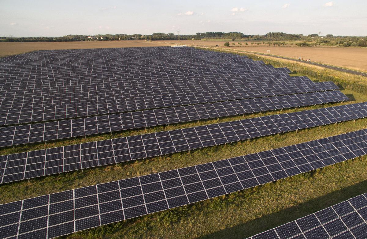 محققان استنفورد، یک پوششی اختراع کرده اند که سلول های خورشیدی را برای افزایش بهره وری خنک می کند