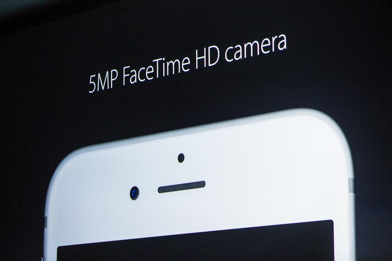 """""""همان طور که می دانید، در پشت دستگاه و به همراه دوربین های iSight، ما یک فلش عالی داریم، فلش TrueTone."""" """"ما می خواستیم تا این تکنولوژی را به جلوی گوشی و برای دوربین FaceTime نیز فراهم کنیم."""""""