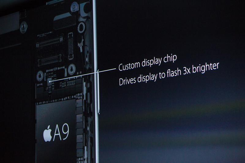 """"""" ما تصمیم گرفتیم تا از صفحه نمایش رتینا استفاده کنیم تا بتوانیم یک فلش TrueTone ارائه دهیم."""" """"این واقعا یک مهندسی فوق العاده از تیم بود"""" """"ما آن را مهندسی کرده و ساختیم بنابراین این می تواند 3 برابر روشن تر باشد حتی در نور کم"""" (صفحه نمایش گوشی می تواند حکم یک فلش را برای دوربین جلو داشته باشد)"""
