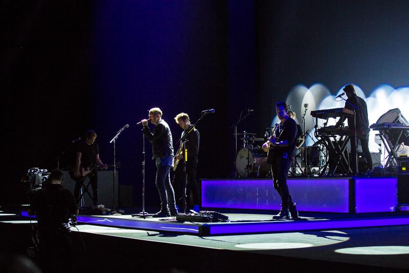 """کوک گفت: """"قبل از اینکه این جا را ترک کنیم، از آن جایی که ما در یک محل افسانه ای موسیقی هستیم، فکر کردیم که این تنها در صورتی مناسب خواهد بود که با هنرمندان پرشور موسیقی کار را تمام کنیم."""" """"یکی از گروه های مورد علاقه من اینجاست، آن ها به تازگی تور جهان را تمام کرده اند""""   ساعت 11:35 : گروه OneRepublic به روی سن آمد و برنامه خود را اجرا کردند."""