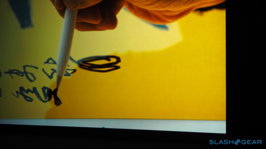 """Jony Ive در طول یک دموی ویدئویی از این قلم به این نکته اشاره می کند که """"می توانید با آرام فشردن این قلم، خطوط کمرنگ تر و با بیشتر فشردن آن خطوط پر رنگ تر و ضخیم تری ایجاد کنید"""""""