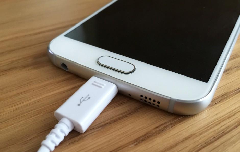 این باتری ۲۵۵۰ میلی آمپری در پشت گوشی گلکسی اس۶، به احتمال زیاد یک عمر باتری بهتری را به نسبت باتری ۱۷۱۵ میلی آمپری که در پشت آیفون تعبیه شده است، فراهم می کند.