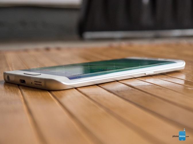 در حال حاضر، دو مدل از گوشی های سامسونگ با نام سامسونگ گلکسی اس۶ اج (Samsung Galaxy S6 edge) و سامسونگ گلکسی اس۶ اج پلاس (Samsung Galaxy S6 edge+) تنها گوشی های هوشمند در جهان با صفحه نمایش منحنی آمولد می باشند