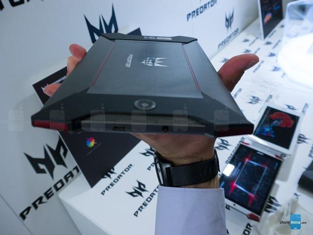 این تبلت دارای ۴ اسپیکر می باشد که در ۴ گوشه ی آن قرار گرفته است و پوشش قرمز رنگ آنها، این تبلت را به نظر تهاجمی جلوه می دهد. از نظر اندازه باید گفت که قطعا این تبلت در میان تبلت های جمع و جور ۸ اینچی نمی باشد، از طرف دیگر قطعا به بزرگی یکی از رقبای اصلی اش یعنی Nvidia SHIELD هم نیست. لازم به ذکر است که این تبلت دارای وزن ۳۵۰ گرمی با ضخامت ۸.۷ میلی متر می باشد. اگر بخواهیم از این نظر مقایسه ای با تبلت Nvidia Shield داشته باشیم باید بگوییم که وزن این تبلت ۳۹۰ گرم و ضخامتش هم ۹.۱ میلی متر می باشد.