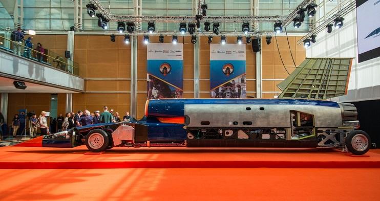 از سال 2008، Bloodhound درحال توسعه ماشین مافوق صوت (SSC) خود برای ثبت یک رکورد جهانی جدید سرعت زمینی بوده اند. رسیدن به نکات مهمی از جمله، تست استارت موتور موشک، نشان دادن کابین خلبان و دیدن چرخ های آن، حاصل دستاوردهای این گروه تا به امروز است.
