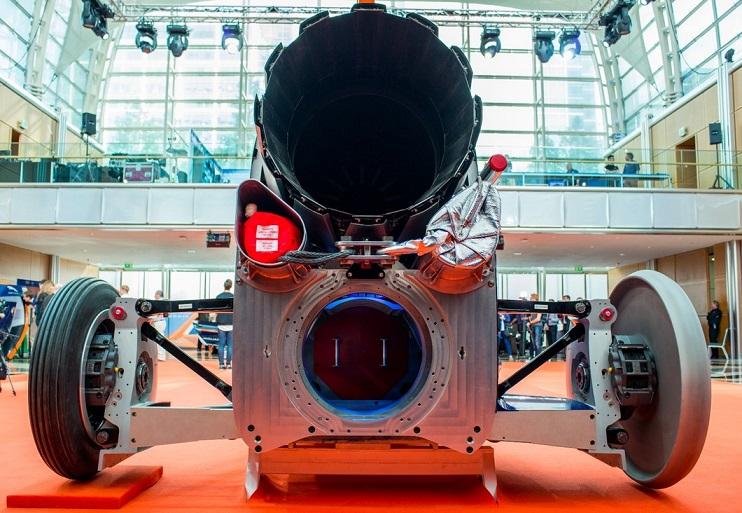 موتور جت رولز رویس EJ200 که بطور معمول در یک هواپیمای جنگنده یوروفایتر تایفون (Eurofighter Typhoon) مستقر شده، در زیر باله آن نشسته و به آن قدرت یک موشک می دهد و دیگر مشخصات بسیاری که شاید در اینجا مجالی برای گفتن آنها نباشد. در هر صورت باید تا 15 اکتبر 2016 صبر کرد و دید که محصول این تیم آیا می تواند سریعترین چیزی باشد که تا کنون توانسته بر روی سطح زمین حرکت کند؟
