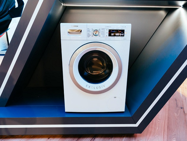 به دلیل اینکه اصلی ترین دلیل شستشوی لباس ها، بهداشت می باشد، بوش (Bosch) در نمایشگاه IFA 2015 از ماشین لباسشویی خود که قدرت پاک کنندگی جرم ها را به همراه دارد، رونمایی کرد. طبق گفته بوش، با استفاده از مکانیزم ActiveOxygen، این ماشین لباسشویی قادر خواهد بود تا 99.99 درصد باکتری ها و جرم های مخفی شده در لباس هایتان را از بین ببرد.