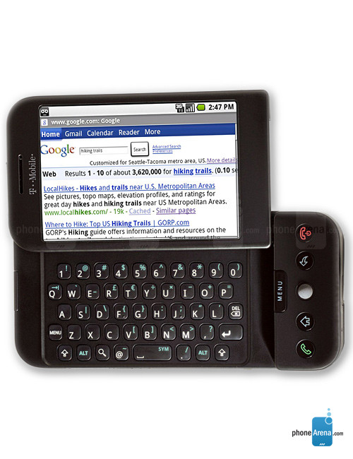 در حالی از نظر ویژگی ها و امکانات در سطح بالایی قرار نداشت، آنرا می شد با یک صفحه کلید QWERTY کاملا کشویی جالب و یک پد لمسی شسته و رُفته و البته بطور کامل در خدمت سیستم عامل اندروید دید. نمی دانم، می دانید یا نه که اندروید حتی در آن از یک صفحه کلید لمسی بر روی صفحه رسمی آن پشتیبانی نمی کرد. در اینجا یکسری مشخصات، از اولین گوشی اندروید، تی–موبایل جی1، را با هم ببینیم و خاطره بازی کنیم. امکاناتی که از منظر امروز آنرا کاملا عتیقه نشان می دهد:
