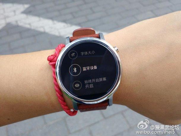 براساس گزارشات، مدل کوچکتر موتو 360 (موتو 360S) صفحه نمایشی 1.37 اینچی با بندی 20 میلی متری داشته در حالی که مدل بزرگتر این ساعت (موتو 360L) صفحه نمایشی 1.55 اینچی با بندی 22 میلی متری خواهد داشت. از لحاظ قیمت، تاریخ عرضه و سایر مشخصات و قابلیت های این ساعت، باید تا 8 سپتامبر که تاریخ رونمایی این ساعت هوشمند است صبر کرد که البته زمان کمی هم تا آن موقع باقی است.