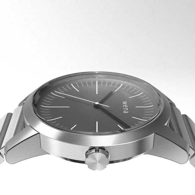 این ساعت هوشمند که از طریق پلتفرم جمع آوری کمک های مردمی (crowdfunding) خود سونی در ژاپن آشکار شده است، می تواند در ماه مارچ و یا آپریل سال 2016 راه اندازی گردد. Wena Wrist از ساعت های هوشمند دیگر متفاوت می باشد، زیرا همان طور که احتمالاً حدس زده اید، این ساعت هوشمند صفحه نمایشی لمسی نخواهد داشت. در حقیقت حتی نمی توان گفت که اصلاً از وجود یک صفحه نمایش بهره خواهد برد و به جای آن، ساعتی آنالوگ با ظاهری همانند ساعت های کلاسیک ارائه خواهد داد.