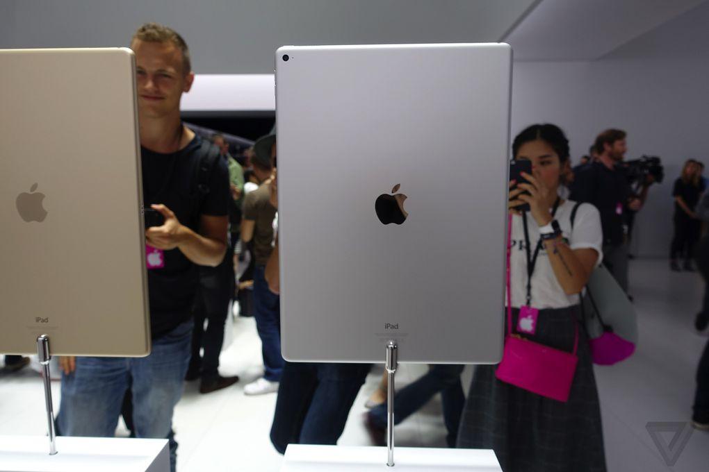 هنگامی که شما این تبلت را از نزدیک ببینید مطمئنا از اندازه ی بزرگ آن تعجب می کنید، این تبلت دارای صفحه نمایشی ۱۲.۹ اینچی می باشد.