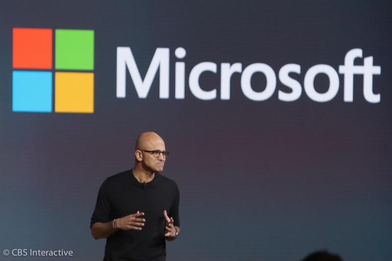 """ساعت 19:11 : مدیر ارشد اجرایی مایکروسافت، ساتیا نادلا به روی سن آمد. """"این بسیار شگفت انگیز است که این همه نوآوری و جنبش با ویندوز مشاهده می شود.""""  """"خب اینجا جایی است که این اعلامیه هایمان به نتیجه می رسد؛ آپدیت هولولنز، یک مایکروسافت بند جدید، گوشی هایی جدید، سرفیس پرو 4 و سرفیس بوک."""