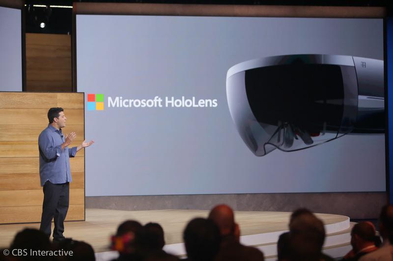 """ساعت 17:50 : میرسون: """"هولولنز با تکنولوژی عصر فضا همراه شده است!"""" """"هولولنز اولین دستگاه پردازش هولوگرافیک در جهان می باشد.""""  در هولولنز هیچ سیم، گوشی و یا اتصالی برای برقراری ارتباط با کامپیوتر وجود ندارد که محدودیت اکثر هدست های واقعیت مجازی می باشد.  از امروز، مایکروسافت برنامه هایی را برای کیت توسعه هولولنز عرضه می کند که در فصل اول سال میلادی با قیمت 3000 دلار در دسترس قرار می گیرد."""