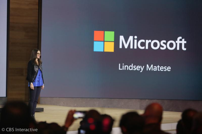ساعت 17:53 : Lindsey Matese یکی از کارمندان مایکروسافت بر روی سن رفت. او عضو تیم سلامت و مایکروسافت بند است. او این دستگاه پوشیدنی را مورد آزمایش و امتحان قرار می دهد.