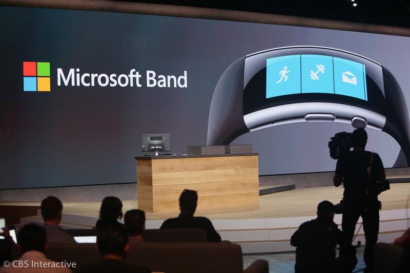 فکر می کردیم مایکروسافت بند 2 همانند نسخه قبلی آن باشد، اما اصلا این گونه نیست. به نظر می رسد که صفحه نمایش آن خمیده باشد، هیچ زائده و زاویه اضافه ای نخواهد داشت و به نظر می رسد که به خوبی مچ دست را خواهد پوشاند.
