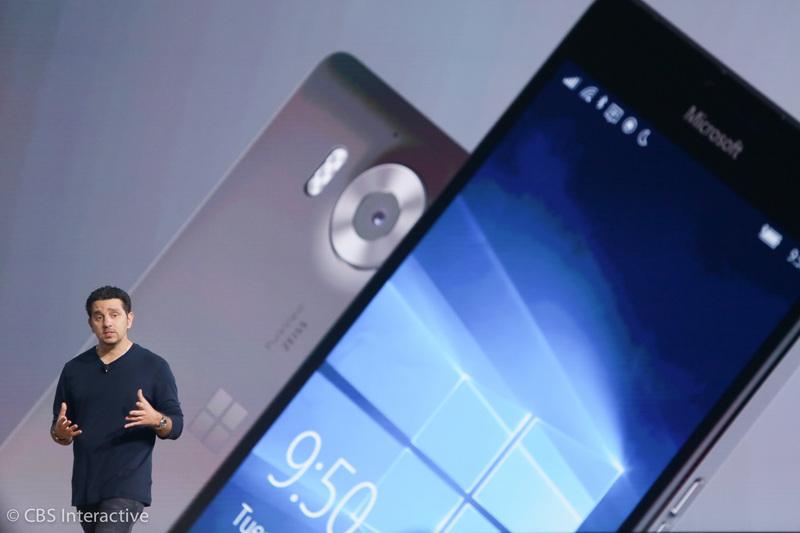 """ساعت 18:14 : در این گوشی آفیس، اسکایپ، کورتانا و ... قرار دارد. """"قرار است که این گوشی پربار ترین گوشی هوشمندی باشد که تا به حال داشته اید، این چه معنی ای می تواند داشته باشد؟"""" """"ما می خواهیم این گوشی را در دستان شما قرار دهیم."""" پانای درباره ویژگی کانتینوم (Continuum) صحبت می کند که قرار است تجربه کاری استفاده از کامپیوتر را به گوشی های هوشمند و تبلت ها بیاورد."""""""