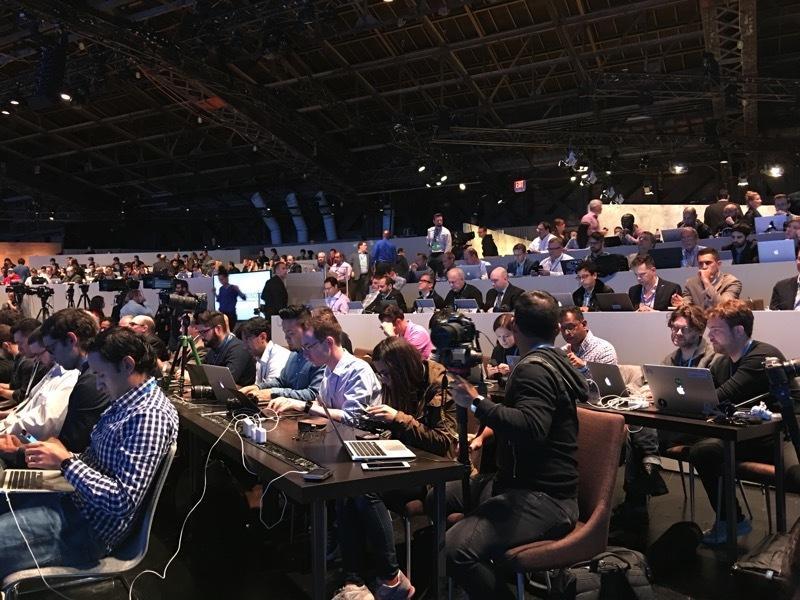ساعت 17:25 : مایکروسافت به برخی از اصحاب رسانه اعلام کرد که به دلیل اینکه مشکل وای فای وجود دارد از هات اسپات آن ها استفاده نکنند. که این موضوع صدای برخی از خبرنگاران را در آورد و با تیکه هایی که همراه با مسخره کردن همراه بود، مایکروسافت و این مشکل را به تمسخر گرفتند.