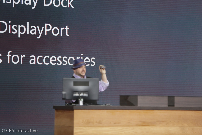 مایکروسافت یک داک صفحه نمایش با USB های نوع C نمایش می دهد که به کاربر اجازه می دهد که گوشی هوشمندش را به یک مانیتور بزرگتر متصل نماید.
