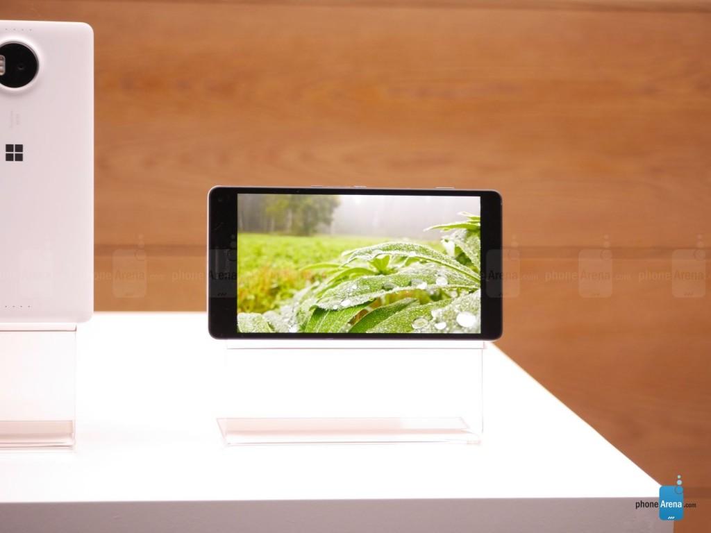 اندازه بزرگ این گوشی مربوط به نمایشگر OLED، 5.7 اینچی آن با رزولوشن 1440در 2560 می باشد. صفحه نمایشی فوق العاده تیز و با جزئیات دقیق باعث می شود که تصاویری زنده تر بر روی نمایشگر آن خودنمایی کند.