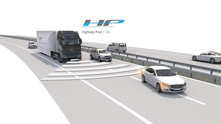 دایملر می گوید بهبود در ایمنی راننده یک دلیل کاملا قانع کننده برای آن است که به دنبال این فن آوری در بخش حمل و نقل جاده ای باشیم. با گذاشتن برخی از مسئولیت ها در سفرهای حمل و نقل طولانی مدت بر روی دوش سیستم های خودکار، می توان خستگی راننده، اشتباهات و حواس پرتی او را تا حد زیادی کاهش داد. بعلاوه اینکه تغییر دنده ها و شتاب گرفتن و ترمز ها نیز کمتر اتفاق می افتد و راندمان سیستم بیشتر می شود و این به معنی مصرف سوخت کمتر و در نتیجه تولید کربن و گازهای گلخانه ای کمتری است که به اتمسفر زمین وارد می شود و باعث آسیب رساندن به لایه ازن می گردد.