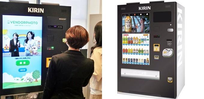 یک دستگاه فروش اتوماتیک در ژاپن عکس سلفی می گیرد
