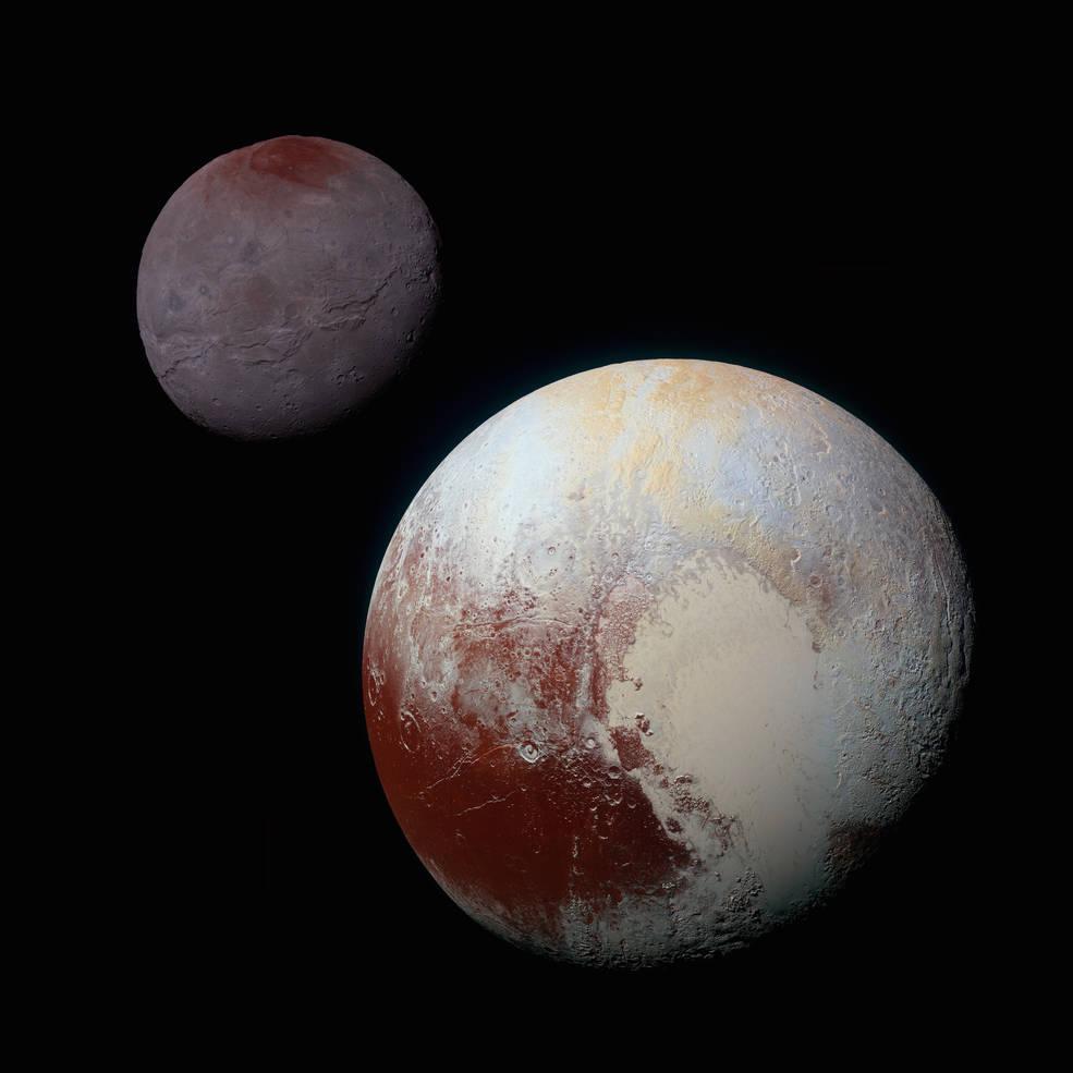 این تصویر، ترکیبی بهبود یافته از تصاویر گرفته شده از پلوتون (پایین سمت راست) و شارون (بالا سمت چپ) –در حالی که کاوشگر نیو هورایزنز در حال عبور از شارون در تاریخ 14 جولای 2015 (23 تیر 1394) بود - می باشد. این تصویر تفاوت های قابل توجه شارون و پلوتون را به خوبی نشان می دهد. رنگ بندی و روشنایی پلوتون و شارون به طور یکسان پردازش شده اند تا بتوان خصوصیات سطوح هر دوی آن ها را مستقیماً مورد مقایسه قرار داد و البته همچنین شباهت های منطقه سرخ رنگ قطبی شارون و منطقه سرخ رنگ استوایی پلوتون به خوبی به تصویر کشیده شده است. در این تصویر اندازه پلوتون و شارون نسبت به هم، تقریبا درست به نمایش درآمده است اما فاصله آن ها نسبت به هم در مقیاس درستی قرار ندارد. این تصویر از ترکیب تصاویر آبی، قرمز و مادون قرمزی که توسط دوربین (Ralph/Multispectral Visual Imaging (MVIC کاوشگر نیوهورایزنز گرفته شده، به دست آمده است. (Credits: NASA/JHUAPL/SwRI)