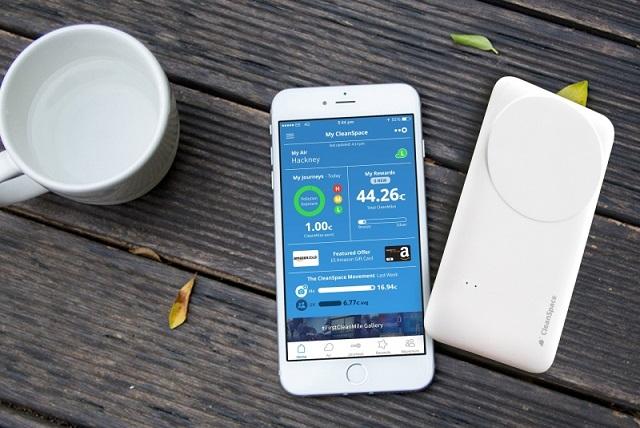 Drayson اولین محصول کاربردی این فن آوری را بنمایش گذاشت. یک هشدار دهنده آلودگی هوای شخصی بنام کلین اسپیس تگ (CleanSpace Tag)، در موسسه سلطنتی در لندن. این دستگاه یک سنسور مونو اکسید کربن است که کیفیت هوا و انتقال داده ها را از طریق بلوتوث بر روی یک برنامه روی گوشی های هوشمند کاربران هشدار می دهد. باتری دستگاه CleanSpace Tag بطور مستمر توسط برداشت انرژی Freevolt شارژ می شود.