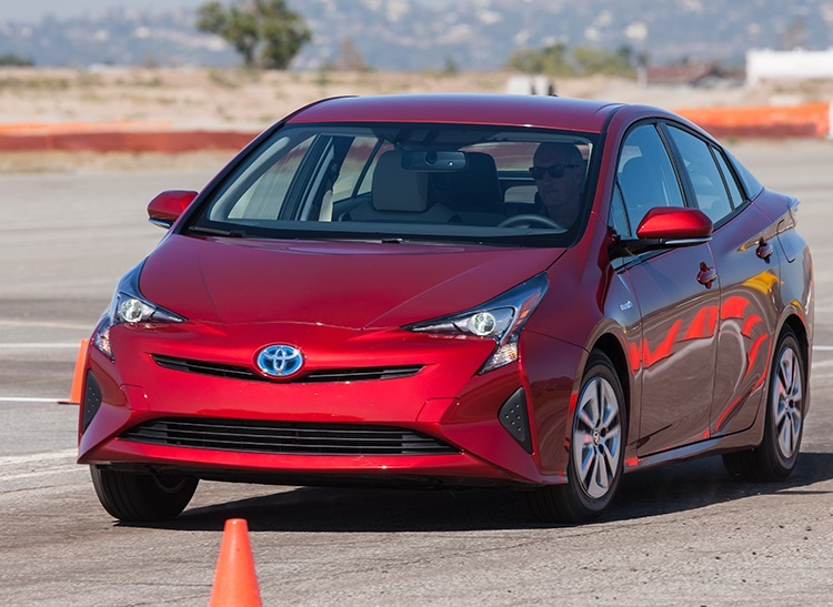 2016 Toyota Prius  تویوتا نسل چهارم Prius را در نمایشگاه اتوموبیل لوس آنجلس بنمایش گذاشت. تویوتا Prius هیبریدی برای فروش در ژانویه با قیمت 24,200 دلار عرضه خواهد شد. تویوتا در این مدل از باتری های نیکل– هیدرید فلز استفاده کرده است.