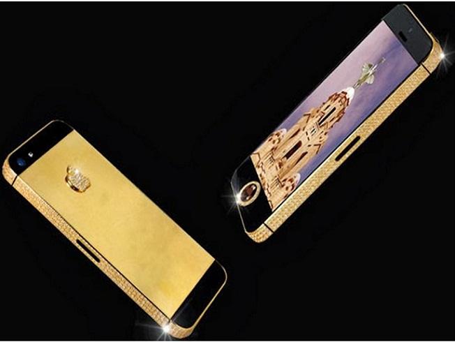 الماس سیاه یکی از کمیاب ترین جواهرات در جهان می باشد. Stuart Hughes توانست یکی از این الماس های سیاه را بیابد و سفارشی آن را در یکی از آیفون ها قرار دهد. البته الماس های دیگری هم در این گوشی وجود دارد.