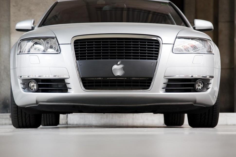 بی ام دبلیو و اپل در گذشته در پروژه های کوچکتر با هم همکاری داشته اند اما در این پروژه هیچ نشانی از آن دیده نشد، با این حال یک نشریه آلمانی بنام مجله مدیریت در ماه جولای نوشت اپل برای اولین ماشین خود پلت فرم BMW i3 را در نظر گرفته است و پیش بینی کرد که این غول تکنولوژی برای تقویت بیشتر اولین خودروی خود، از ساخت، فروش و خدمات پس از فروش این برند قدرتمند تجاری آلمان استفاده خواهد کرد. خبر ملاقات مدیر اجرایی اپل، تیم کوک از کارخانه BMW در شهر صنعتی لایپزیگ (Leipzig) در آلمان برای ارزیابی فرآیند تولید i3 در اوایل امسال درز گردید.