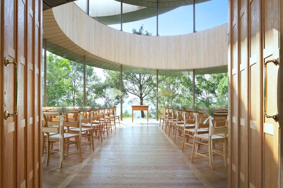 داخل این ساختمان به صورت یک کلیسای کوچک می باشد و همچنین دور تا دور این کلیسا از پوششی شیشه ای ساخته شده و داخل محوطه ی کلیسا با نور طبیعی روشن می شود.